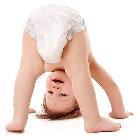 Glad bebis med blöja, utan blöjeksem