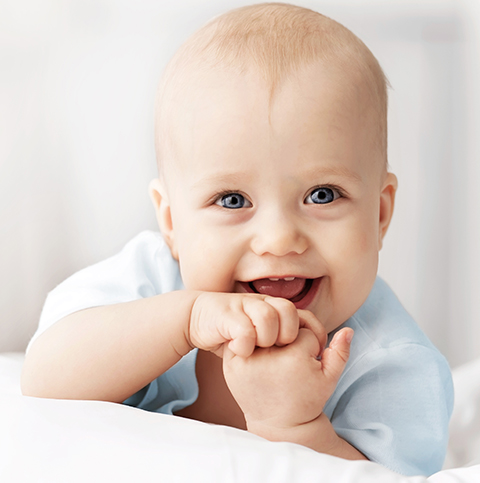 Glad bebis utan blöjeksem